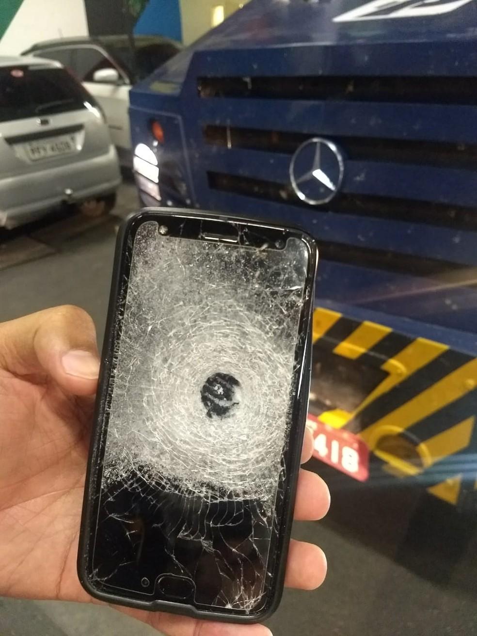 Celular atingido por tiro usado por vigilante — Foto: WhatsApp/Reprodução