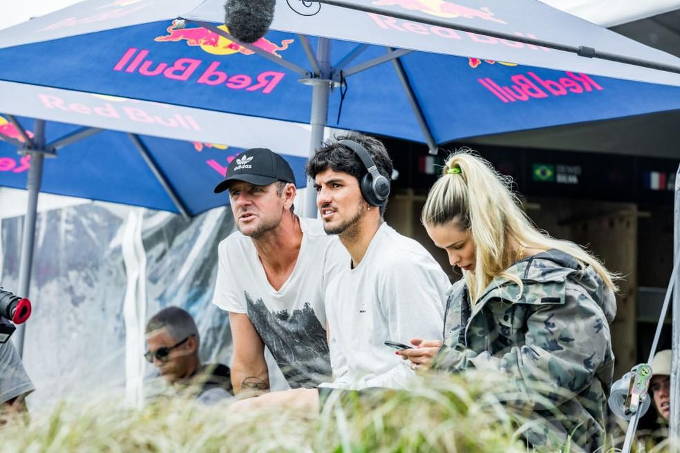 Medina com o técnico Andy King e a esposa Yasmin Brunet em Sydney — Foto: Getty Images