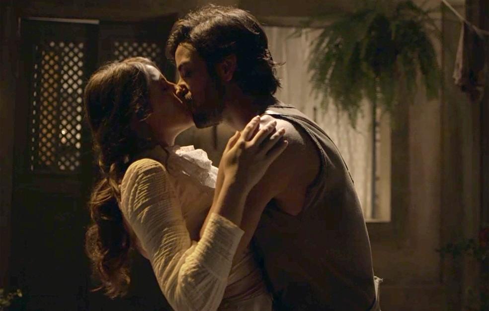 Antes de começar a falar, Ema dá último beijo em Ernesto (Foto: TV Globo)