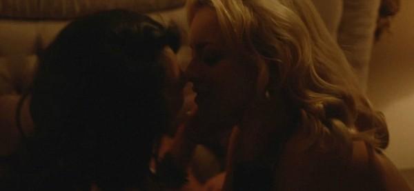 Francesca Eastwood e Annie Q se beijando em MDMA (Foto: Reprodução )