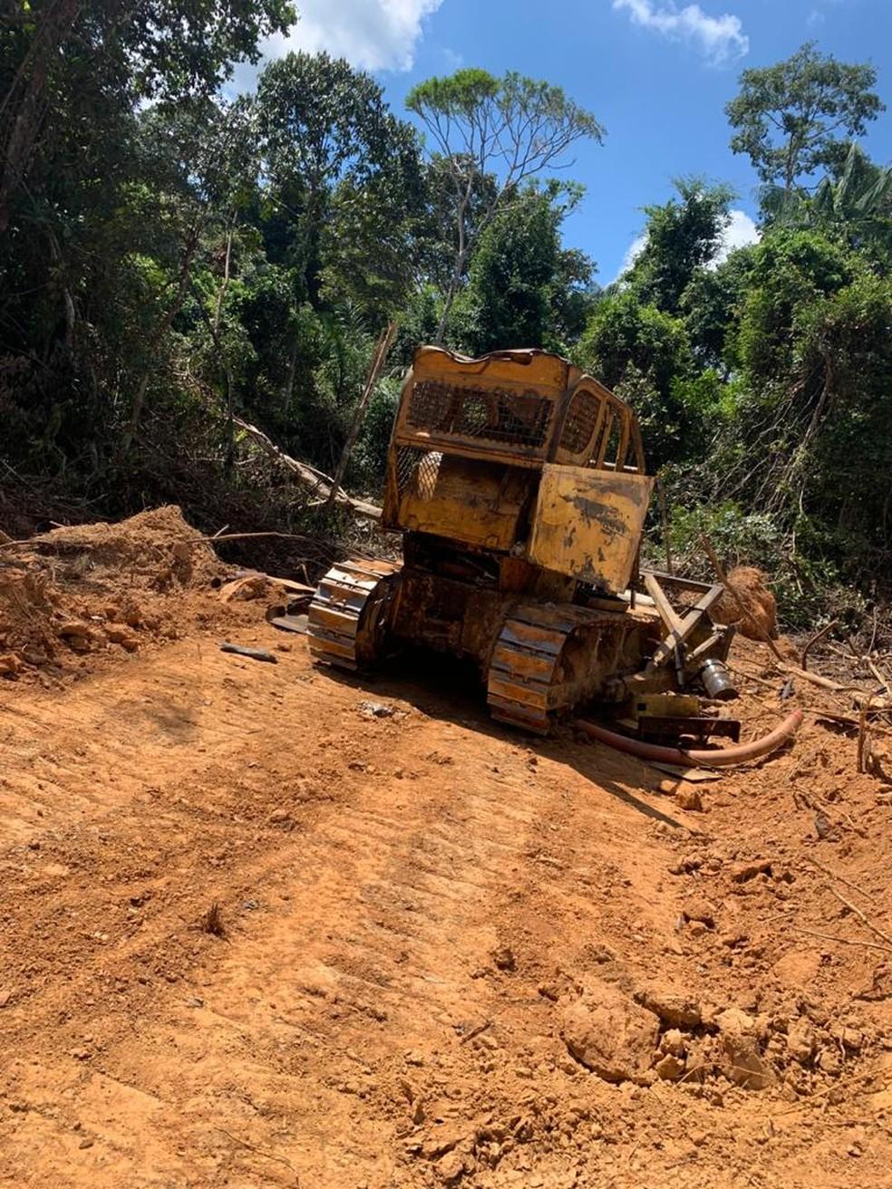 Polícia Civil achou um trator que estaria sendo usado para abrir um ramal dentro da Floresta Estadual do Antimary — Foto: Arquivo/Polícia Civil
