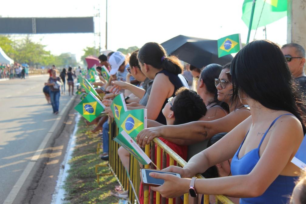 Público se reuniu na Avenida Imigrantes para acompanhar o desfile — Foto: Diêgo Holanda/G1