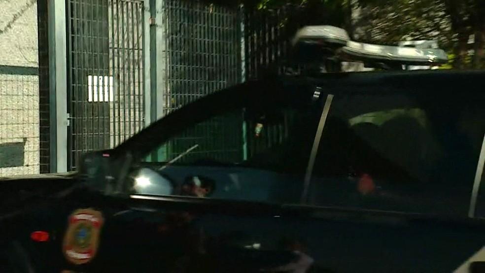 Wesley chega à sede da PF, na Lapa, em carro da polícia (Foto: Amós Alexandre/GloboNews)