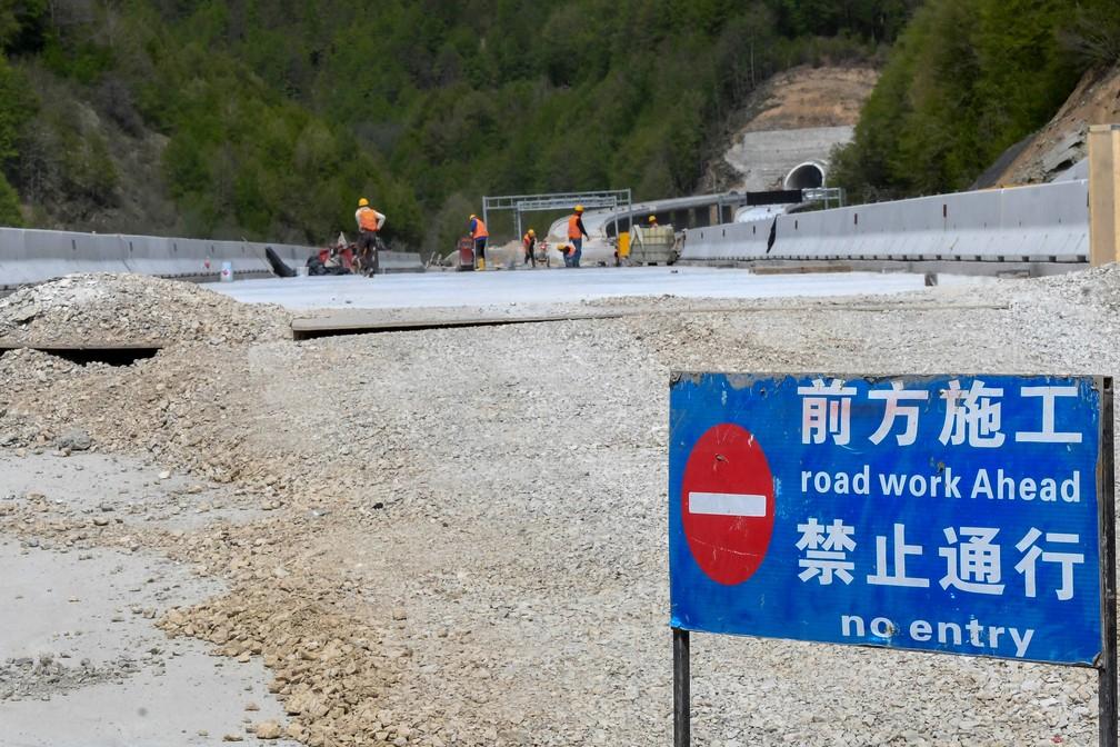 Chineses trabalham na construção da rodovia Bar-Boljare, em Montenegro, em foto tirada em 11 de maio de 2021 perto de Kolasin — Foto: Savo Prelevic/AFP