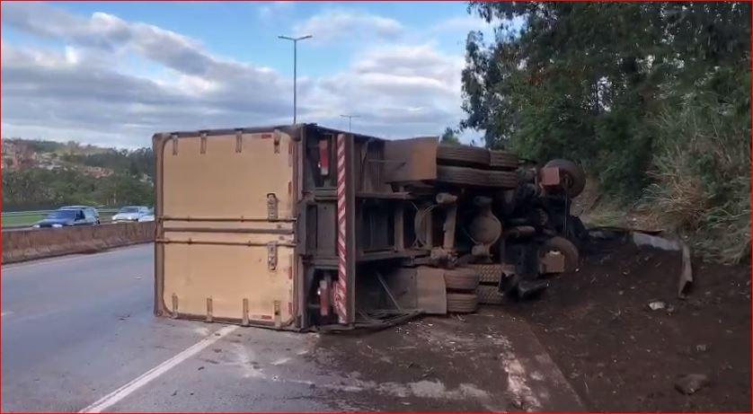 Caminhão-baú com carnes tomba no Anel Rodoviário de BH