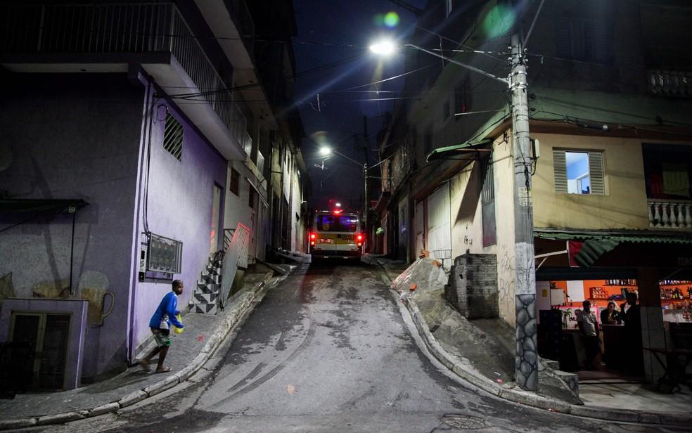 Rua na Vila Brasilândia, na zona norte de São Paulo, após receber iluminação de LED (Foto: Renato Ribeiro Silva/Futura Press/Estadão Conteúdo)