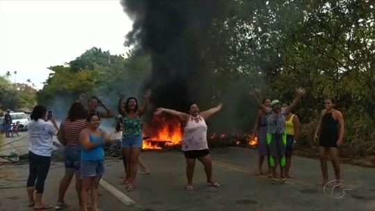 Moradores de Paripueira bloqueiam trecho da AL-101 Norte em protesto contra falta d'água