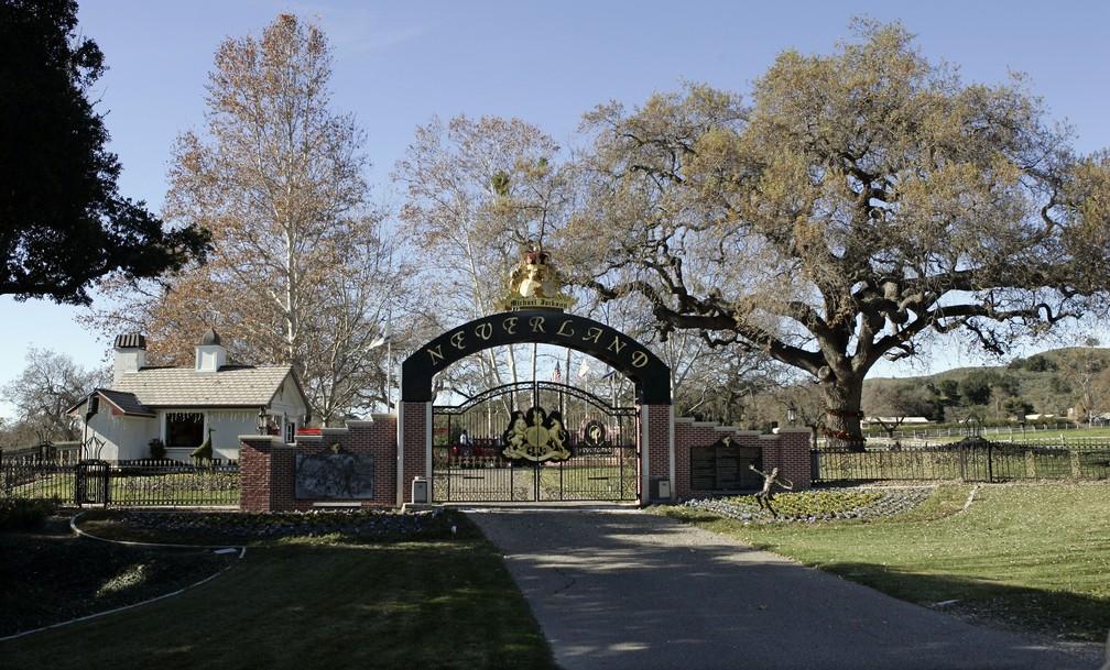 Foto de arquivo de 2004 mostra fachada do Rancho Neverland, de Michael Jackson; local foi vendido por US$ 22 milhões  — Foto: AP Foto/Mark J. Terrill, archivo