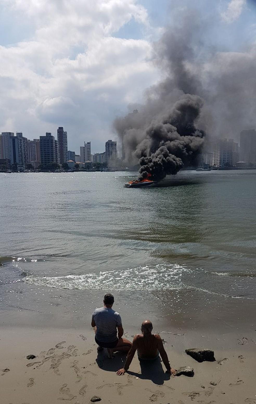 Lancha pegou fogo na entrada do Porto de Santos, SP (Foto: G1 Santos)