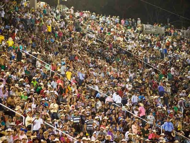 Multidão assiste a show de Trio do Brasil na arena do Parque do Peão (Foto: Érico Andrade/G1)