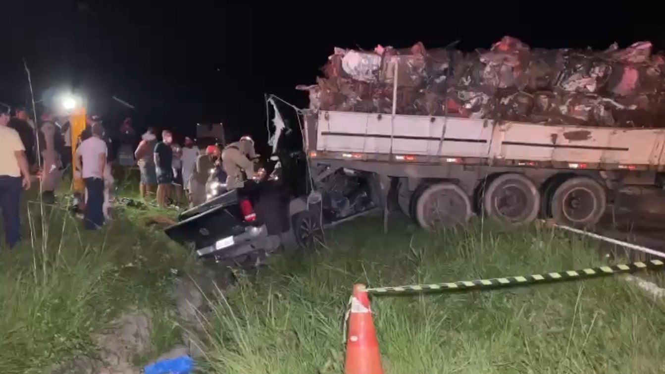 Motorista fica preso às ferragens após acidente entre carreta e caminhonete, na PB