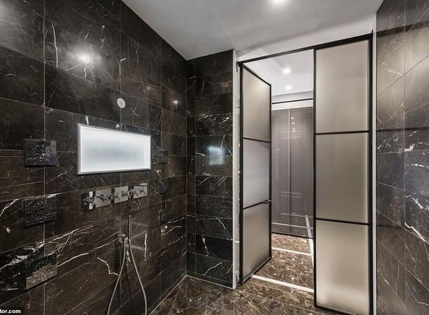 Pedras pretas nas paredes do banheiro agregam luxo e modernidade  (Foto: Realtor/ Reprodução)
