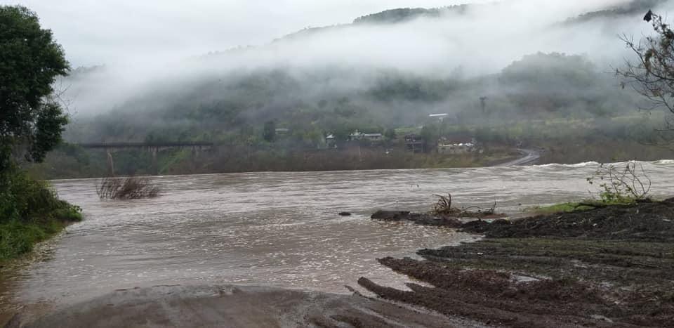Alagamentos e deslizamentos em rodovias bloqueiam acesso a municípios da Serra do RS