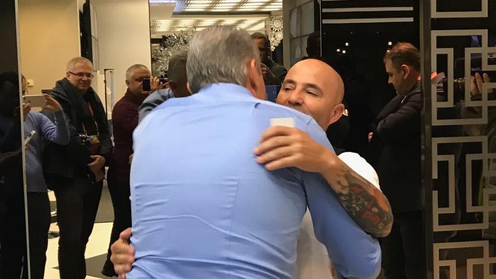 Tite e Sampaoli se abraçam em hotel (Foto: João Ramalho / GloboEsporte.com)