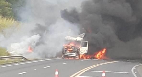 Carreta pega fogo e Rodovia SP-342 é parcialmente interditada em Águas da Prata; veja fotos