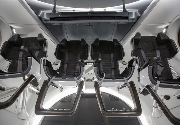 Interior da Crew Dragon, cápsula espacial que levará os astronautas na NASA à Estação Espacial (Foto: Getty images)