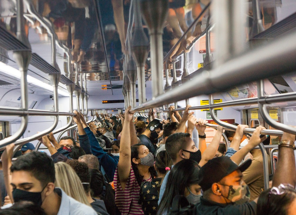 Passageiros se aglomeram em vagão de trem da Linha 7-Rubi da CPTM nesta segunda-feira (15), primeiro dia da fase emergencial decretada pelo governo do estado — Foto: Roberto Costa/Código19/Estadão Conteúdo