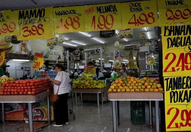 Consumidores em mercado no Rio de Janeiro ; inflação ; cesta básica ; consumo ; compras ; supermercado ; (Foto: Ricardo Moraes/Reuters)
