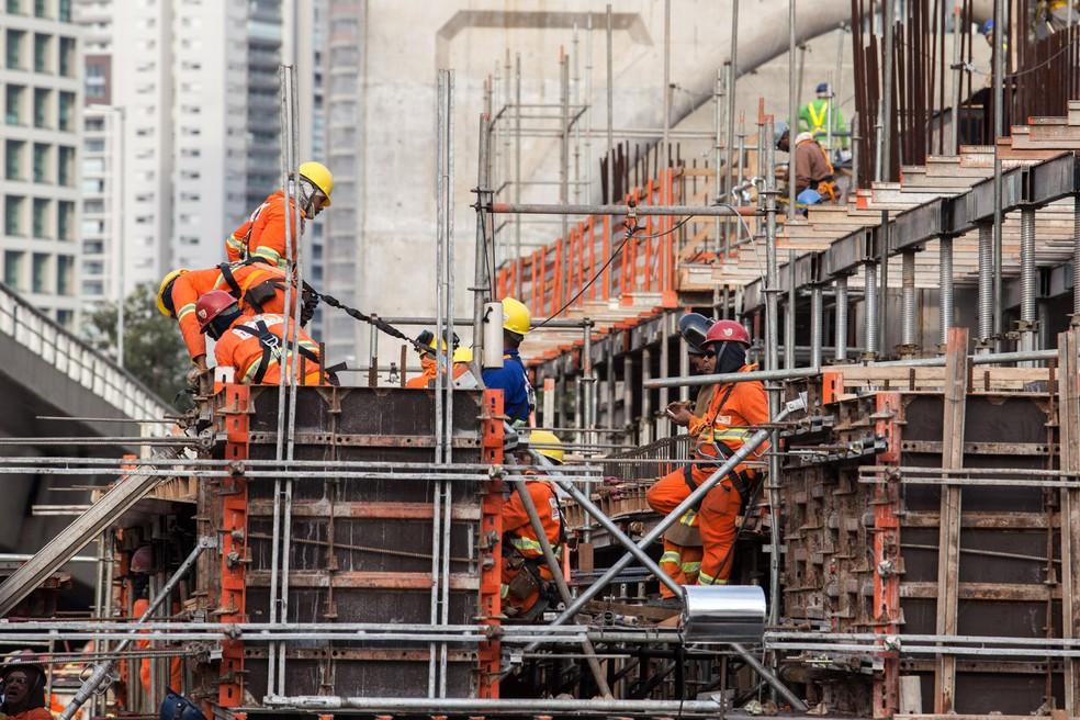 Operários trabalham nas obras da estação Chucri Zaidan da linha 17-ouro do monotrilho na Zona Sul de São Paulo — Foto: Marcelo Brandt / G1