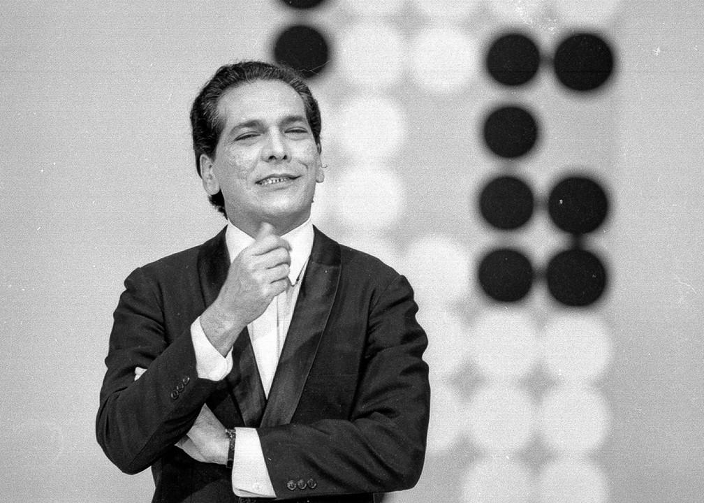 Lúcio Mauro em 'Alô Brasil Aquele Abraço', programa de gincana exibido entre 1969 a 1971 — Foto: Acervo TV Globo