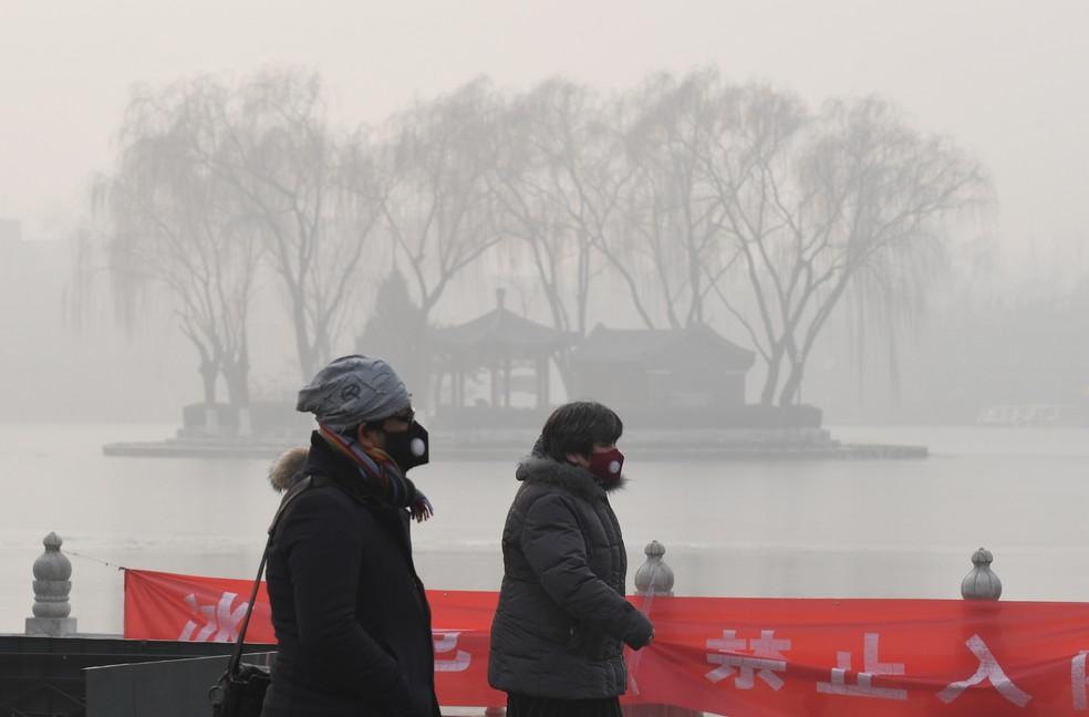 A concentração média de pequenas partículas respiráveis, conhecidas como PM2.5, era maior que 500 microorganismos por metro cúbico em Pequim, ou 50 vezes mais que o recomendado pela Organização Mundial de Saúde. (Foto: Reuters)