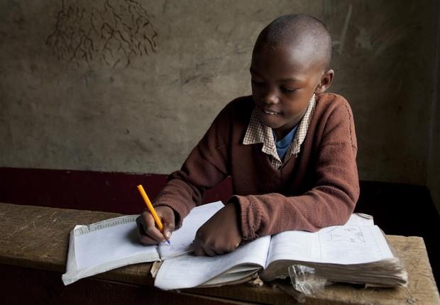 Criança estudando no Quênia (Foto: Julio Etchart/ullstein bild via Getty Images)