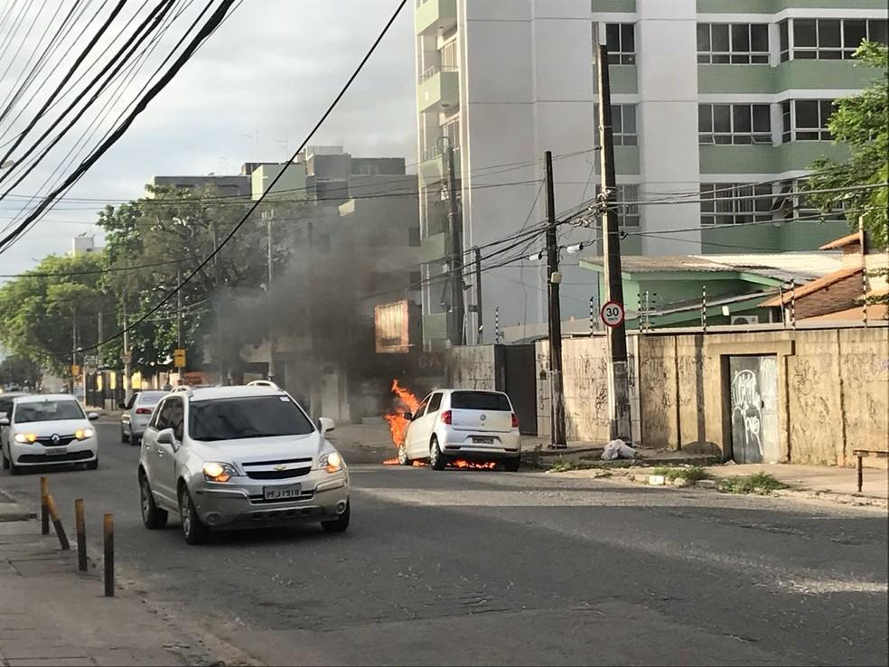 Carro pega fogo em avenida no município de Paulista, no Grande Recife (Foto: Reprodução/WhatsApp)