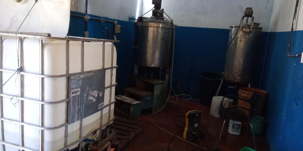 Cilindros e depósitos para produção clandestina de álcool em gel foram encontrados em residência, em Abreu e Lima, no Grande Recife — Foto: Polícia Militar/Divulgação