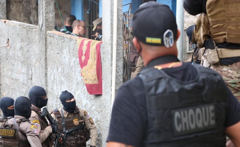 De acordo com moradores, cinco pessoas foram feitas reféns, no bairro da Santa Cruz, em Salvador, na operação do dia 2 de maio — Foto: Alberto Maraux/SSP-BA