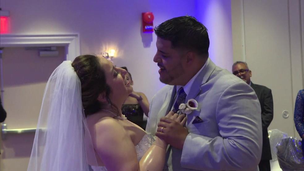 Recém-casados dançaram na festa (Foto: BBC)