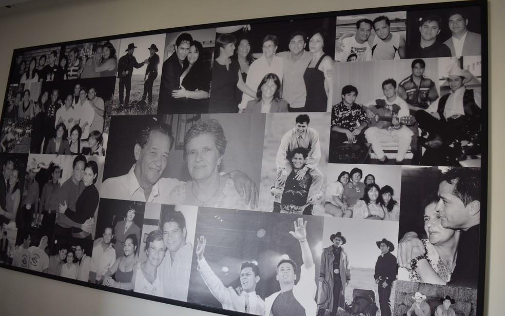 Memórias de Leandro e família na casa de dona Carmem, mãe do cantor, em Goiânia (Foto: Vanessa Martins/G1)