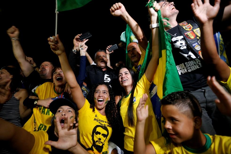 Eleitores festejam a vitória de Bolsonaro, em Brasília — Foto: Adriano Machado/Reuters