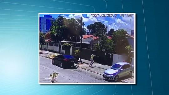 Câmeras de segurança flagram assaltantes armados roubando carro em Olinda