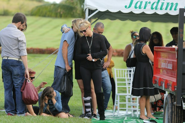 Nikki Meneghel e Xuxa com a família (Foto: Wallace Barbosa/AgNews)