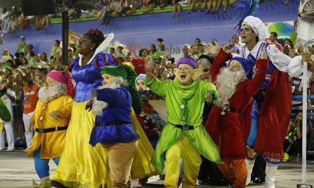 Os sete anões ao lado da Preta de Neve em desfile que questionava padrões de beleza