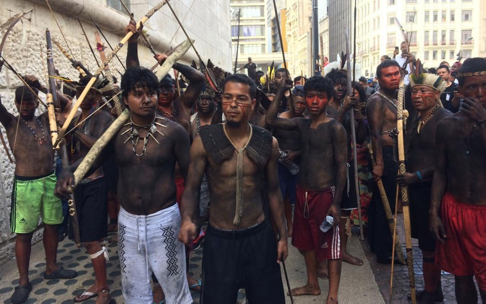 Índios protestam em frente à Prefeitura de SP — Foto: Graziela Azevedo/TV Globo