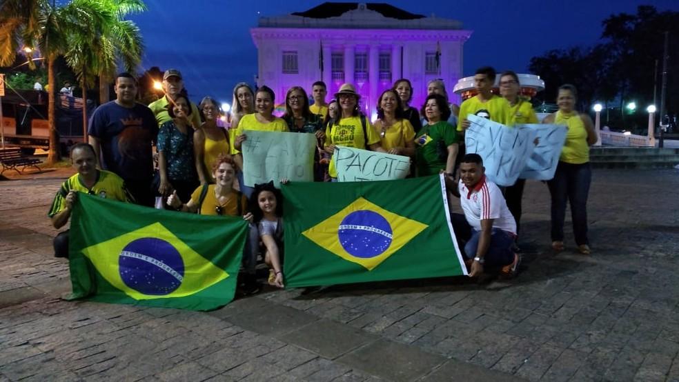 Manifestantes se reuniram em frente ao Palácio Rio Branco na capital do Acre — Foto: Clodovildo Nascimento/Rede Amazônica Acre