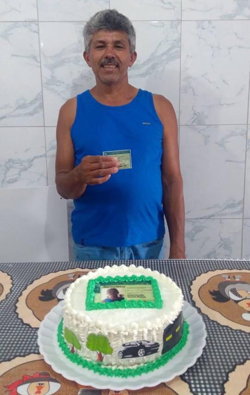 Paulo Alves comemora conquisa de CNH com festa surpresa (Foto: Monique Florêncio/Arquivo Pessoal)