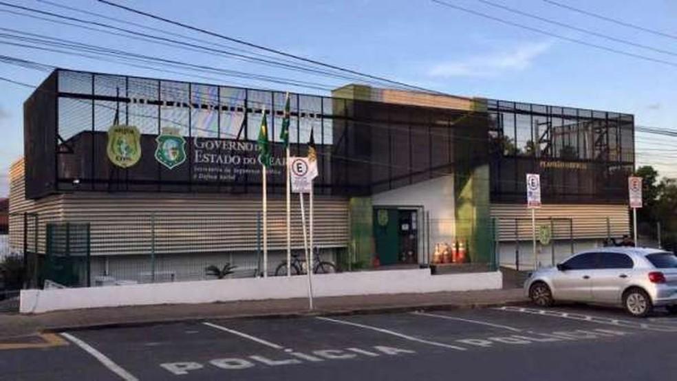 Homem é preso por engano ao ir a delegacia em Fortaleza registrar boletim de ocorrência — Foto: TVM/Reprodução