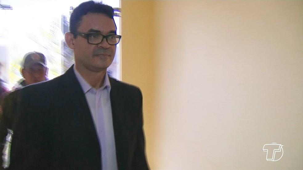 Vereador Reginaldo Campos na chegada ao prédio da Câmara de Santarém (Foto: Reprodução/TV Tapajós)