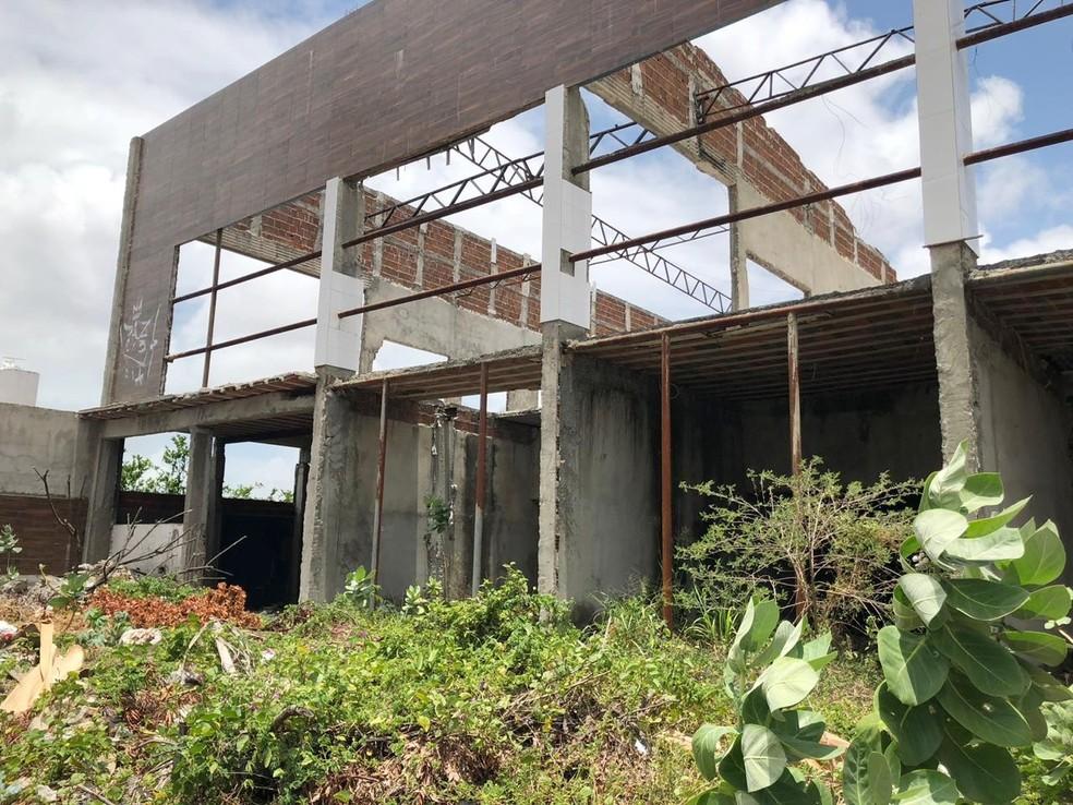 Ruínas e estruturas remanescentes são de uma obra não concluída na avenida Lima e Silva, no bairro Lagoa Nova, na Zona Sul da cidade — Foto: MP/Divulgação