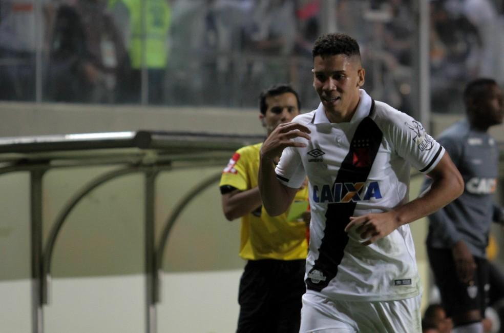 Paulinho festeja um de seus gols pelo Vasco contra o Atlético-MG (Foto: FERNANDO MICHEL/AGÊNCIA O DIA/ESTADÃO CONTEÚDO)