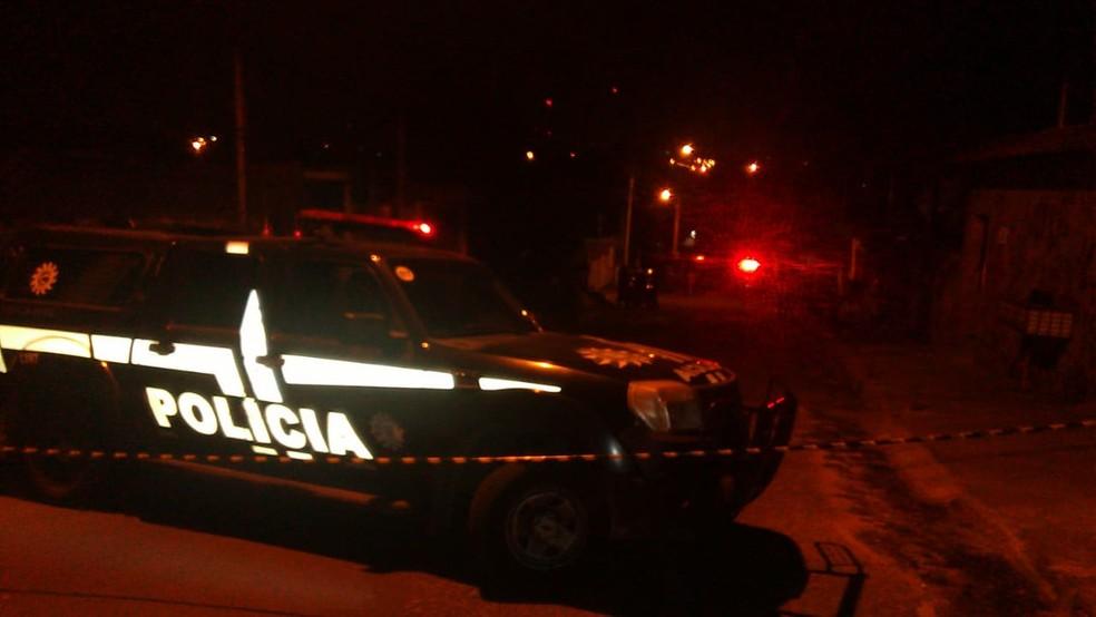 Segundo informações preliminares da Brigada Militar (BM) e da Polícia Civil, crime ocorreu dentro de uma casa que era usada por usuários de crack (Foto: Estévão Pires/RBS TV)