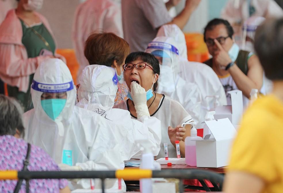 Chinesa é submetida a teste de Covid-19 em Xiamen, na província de Fujian, no leste da China, em 14 de setembro de 2021 — Foto: AFP
