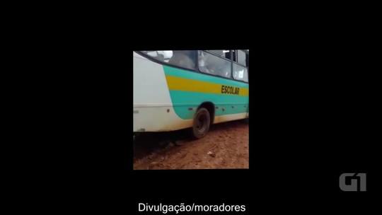 Ônibus escolar atola e alunos precisam empurrar veículo em Rio Branco