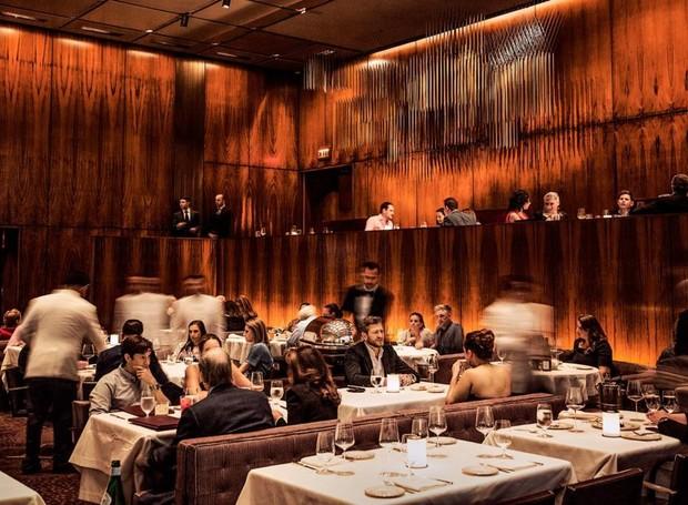 Madeiras nobres revestem o salão de jantar (Foto: Christaan Felber/ The New Yorker/ Reprodução)