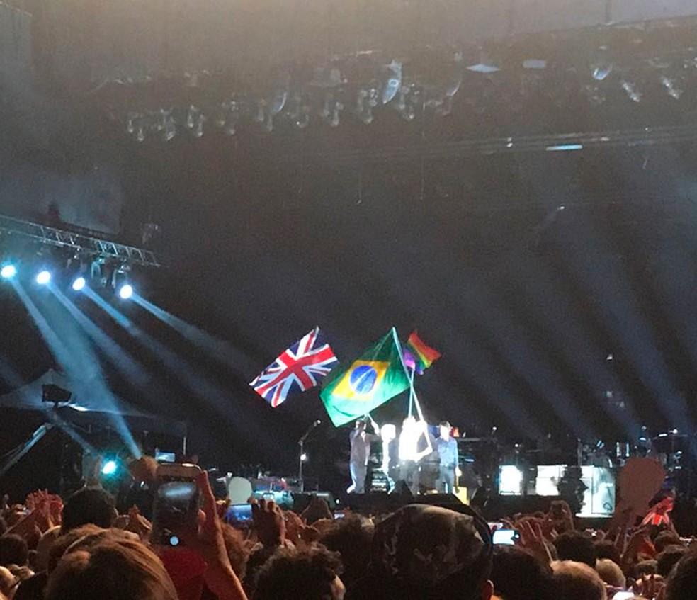 Paul segura bandeira do Brasil durante show; bandeiras britânica e LBGT também estiveram no palco (Foto: Rafaela Rodrigues/Arquivo pessoal)