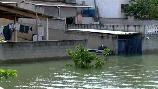 Água de lagoa invade casas no ES por causa de obra que conteve lama do Rio Doce