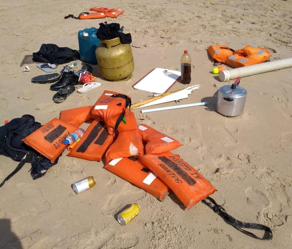 Coletes e equipamentos da embarcação ficaram espalhados pela praia de Itanhaém, SP — Foto: G1 Santos
