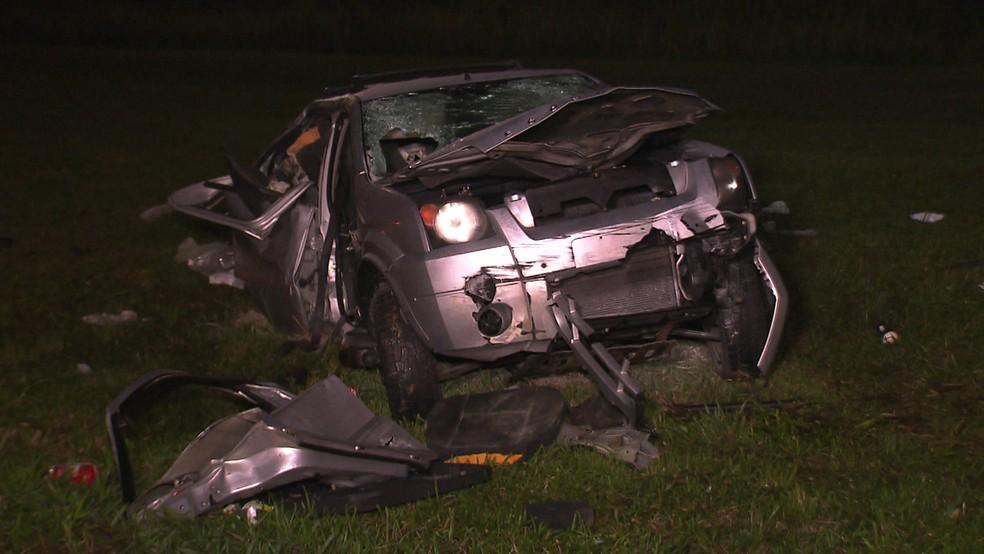 Carro envolvido em acidente na Imigrantes (Foto: Reprodução/TV Globo)